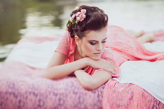 Девушка в розовом на природе