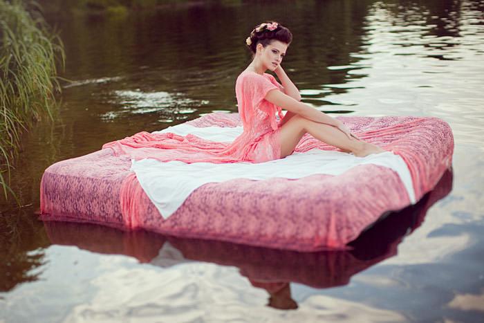 Красавица на матраце в воде
