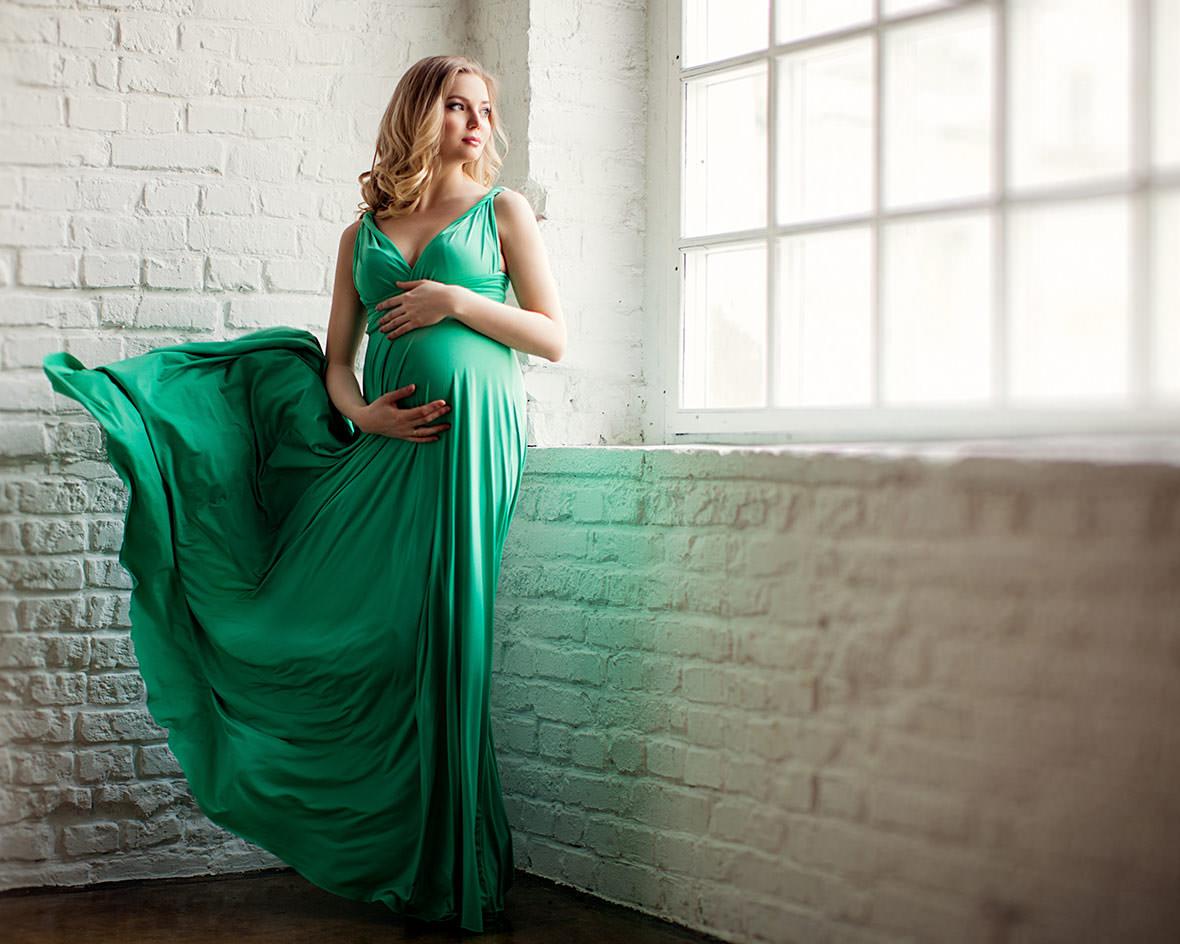 Беременная в зеленом платье