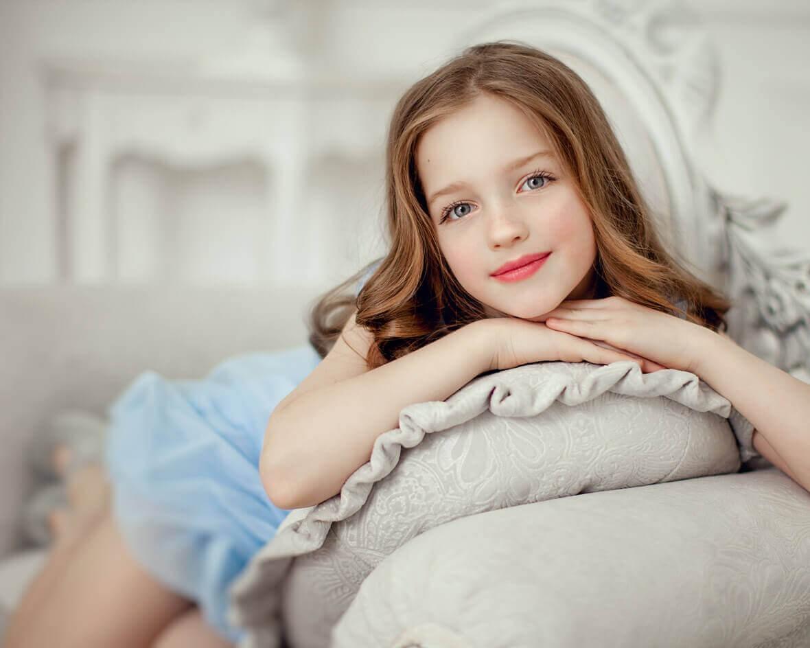 Милая девчушка в студии