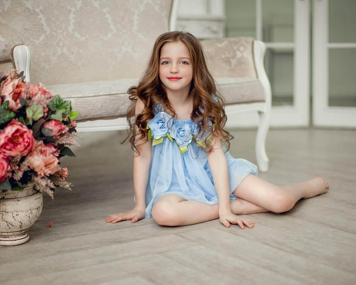 Снимок девочки на полу