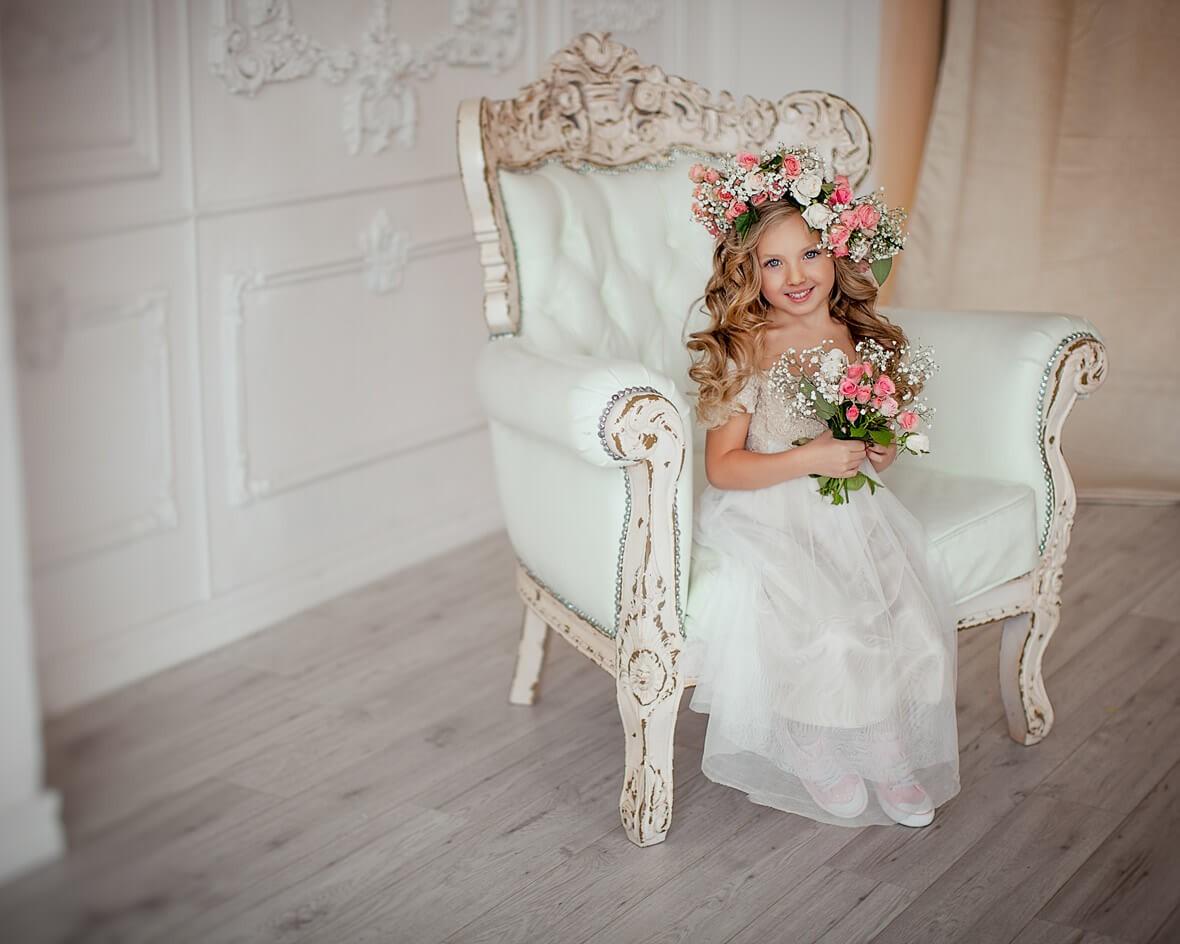 Ребенок в кресле с цветами