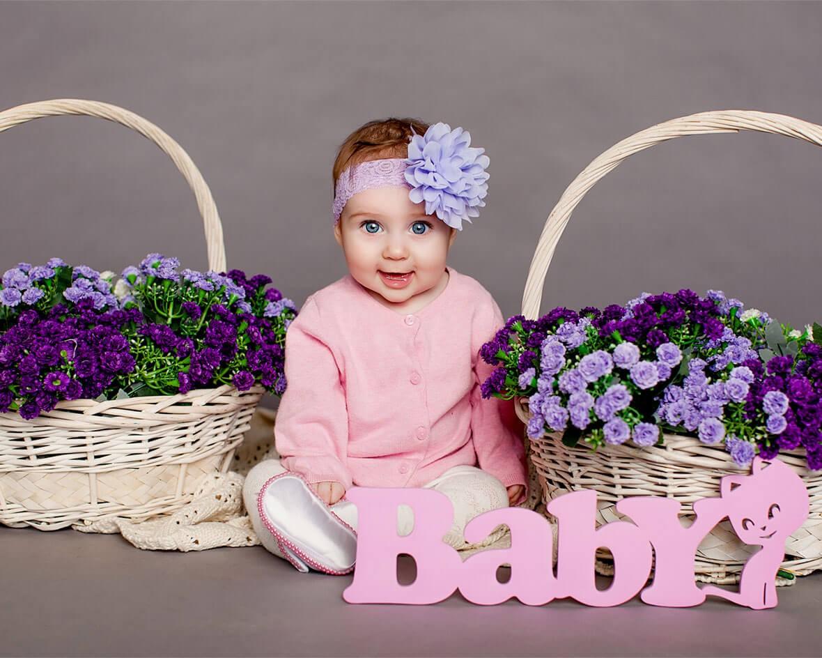 Малышка с корзинами цветов