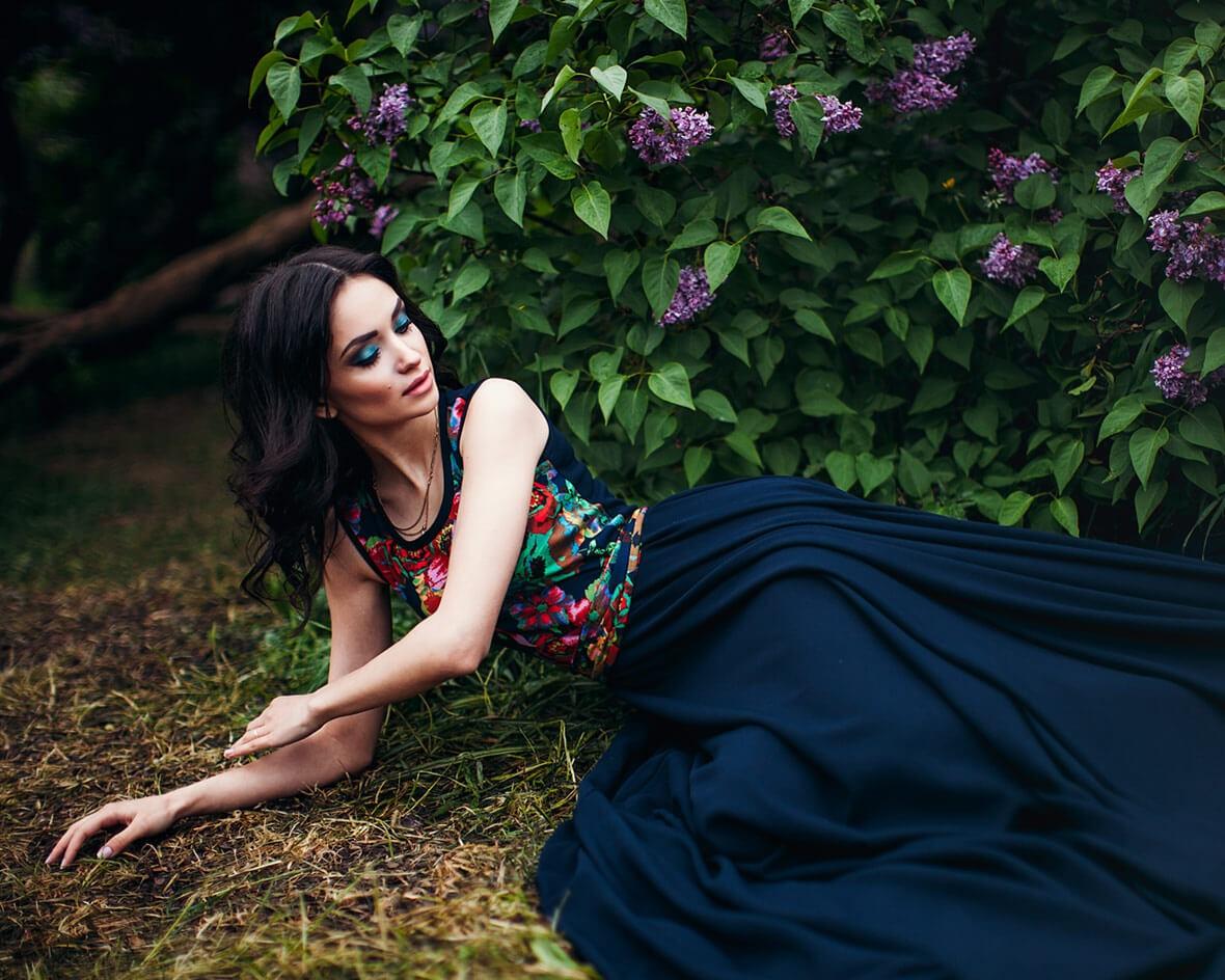 Девушка в платье на траве