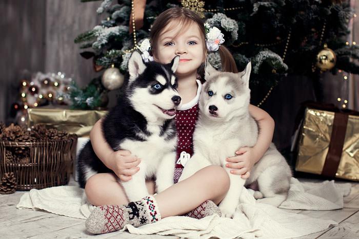 Ребенок с щеночками