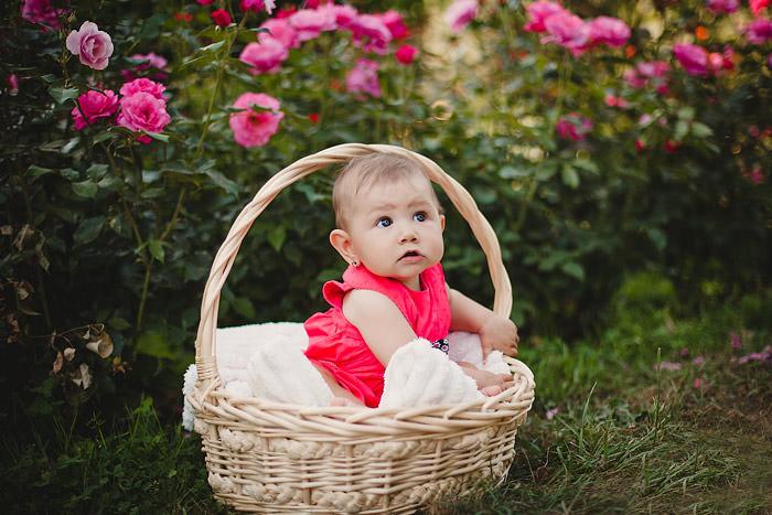 Детский портрет в корзинке