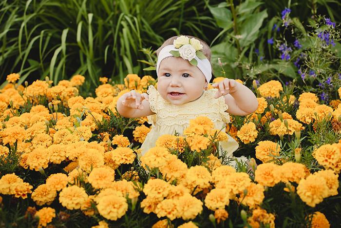 Фотография ребенка в цветах