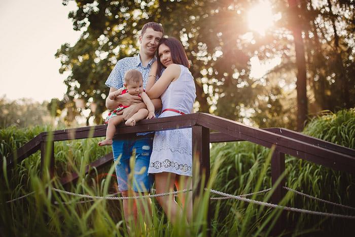 Фото семейной пары на мосту