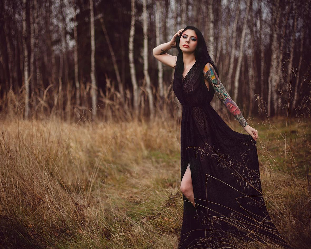 Фото красивой девушки с татуировкой