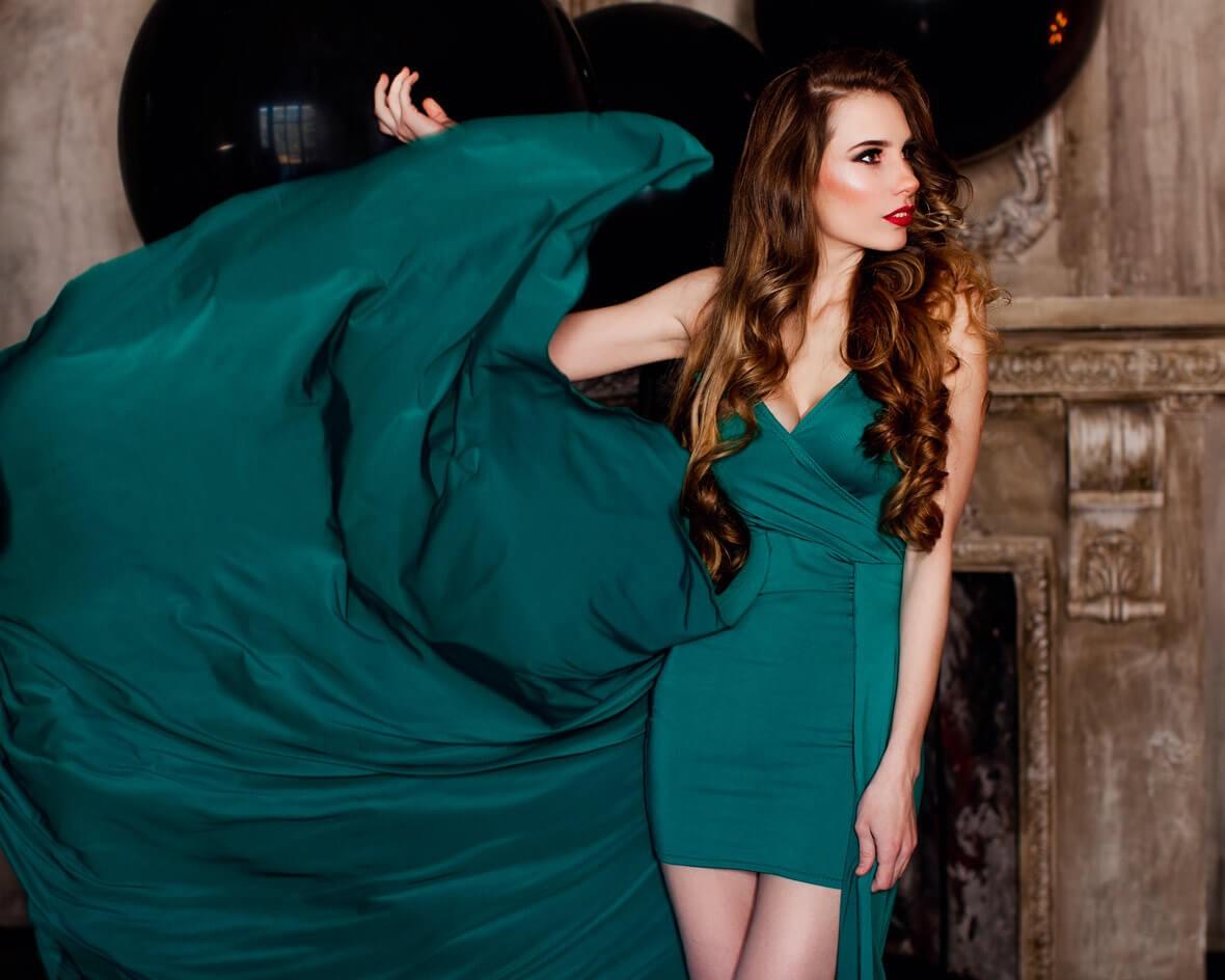 Красотка в летящем платье