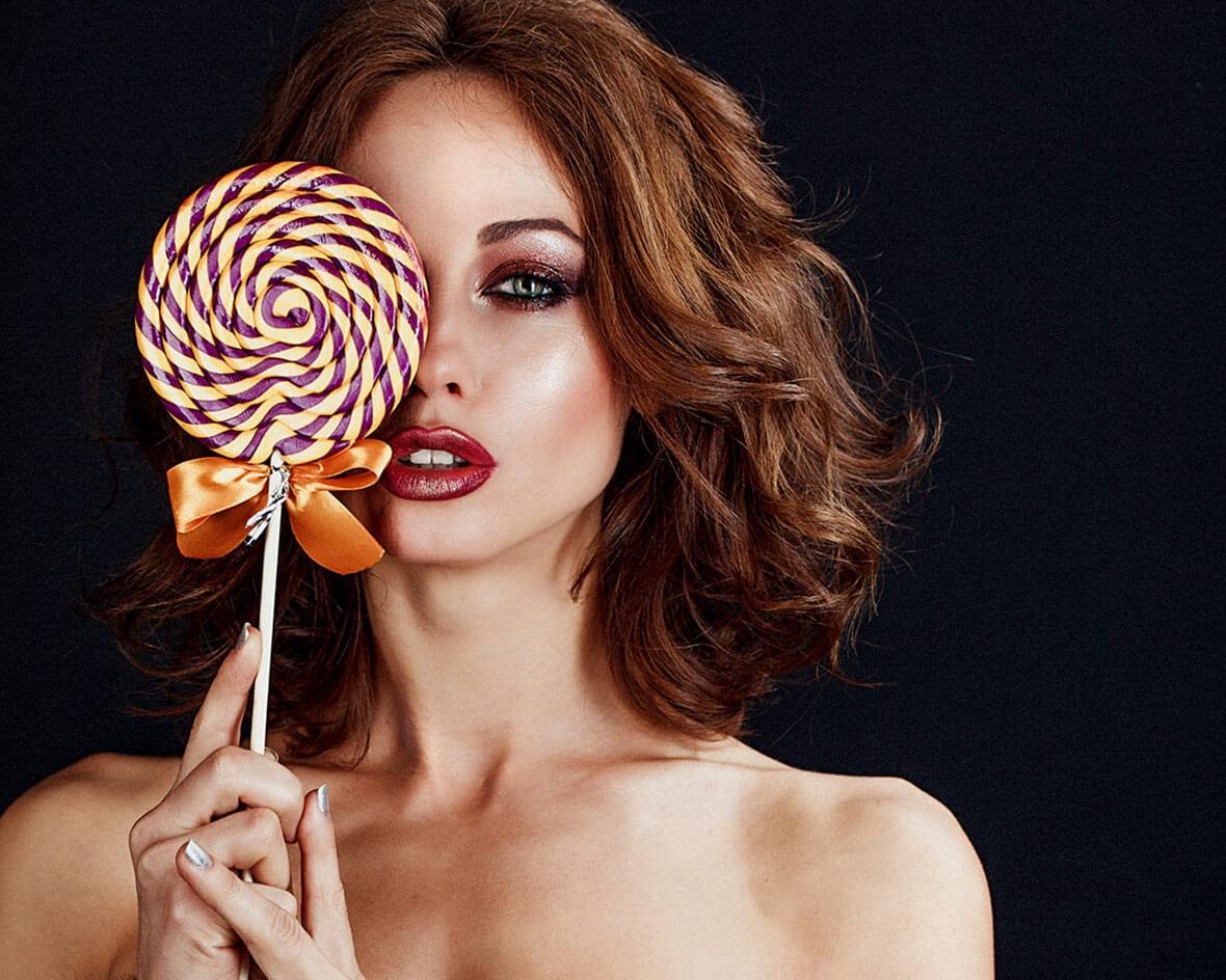 Модель с конфетой в студии