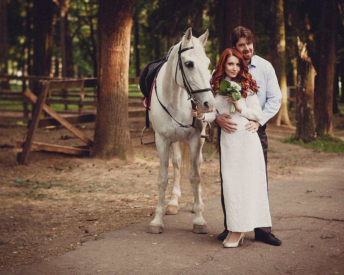 Жених и невеста с лошадью