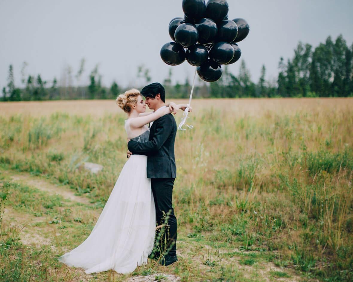 Свадебная фотосессия с черными шарами