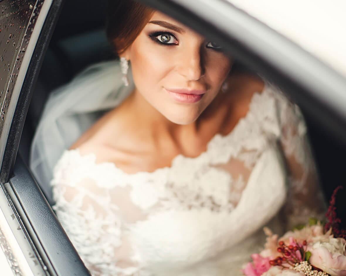 Невеста в окне машины