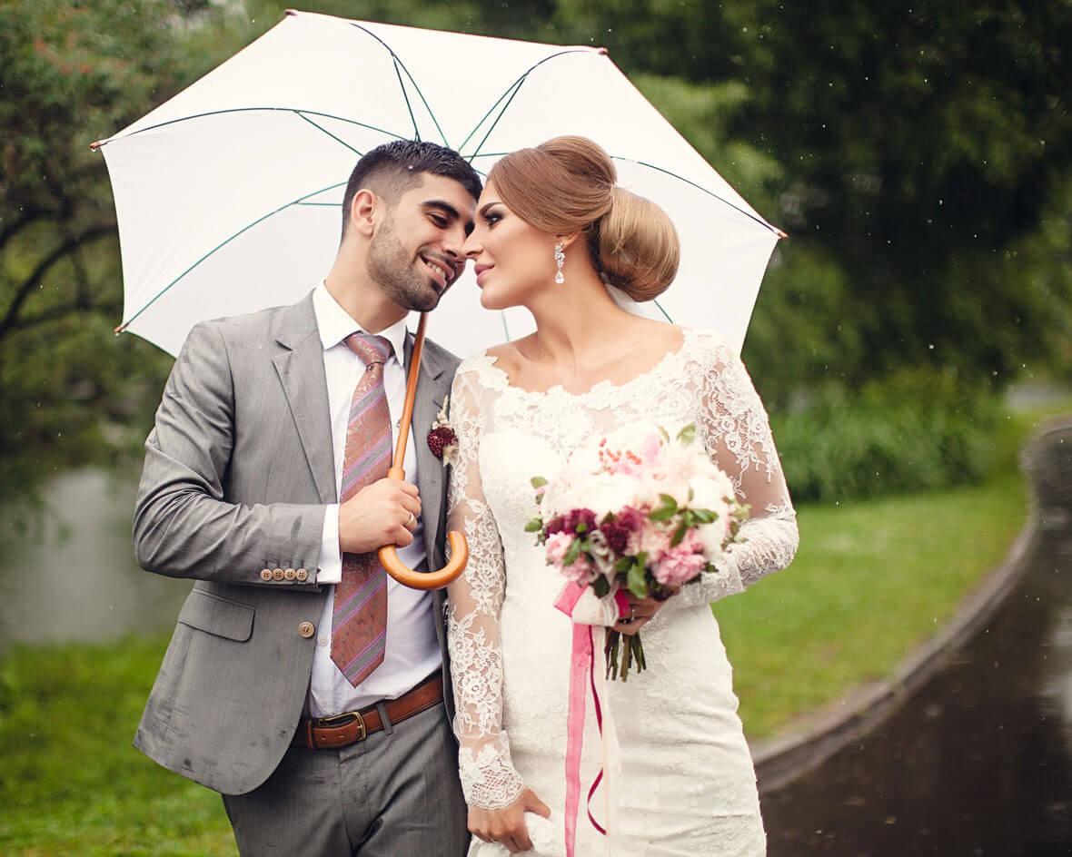 Жених с невестой под дождем