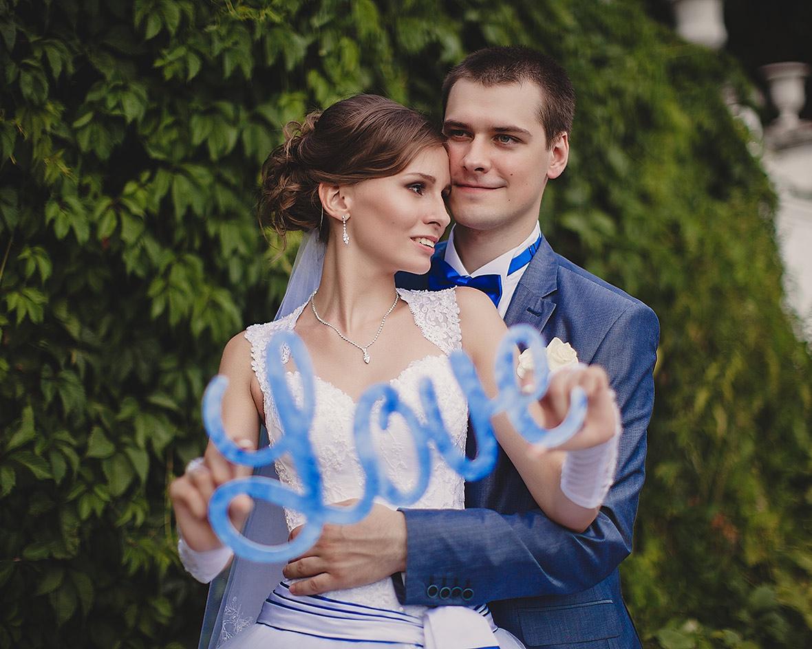 Свадебная фотосессия на фоне листвы