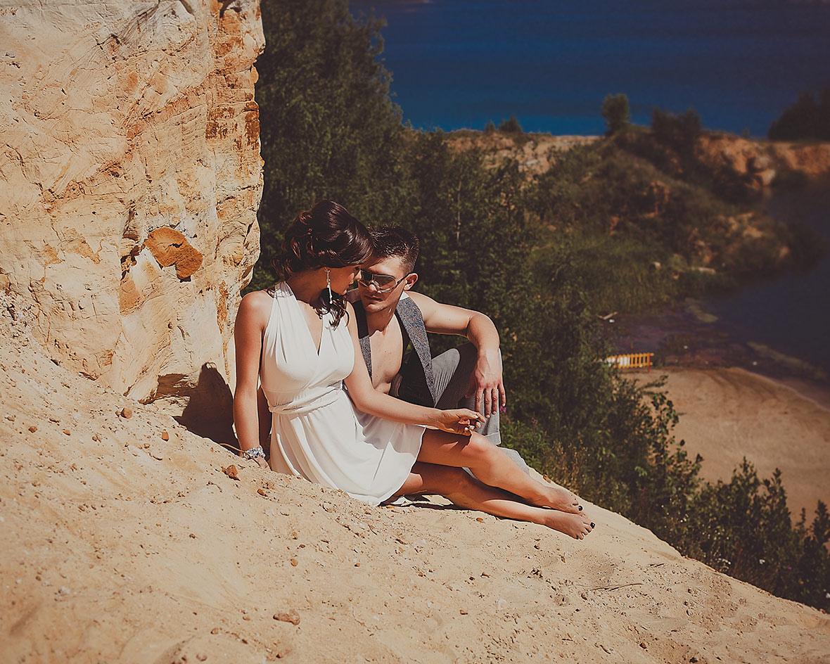 Жених и невеста в песке