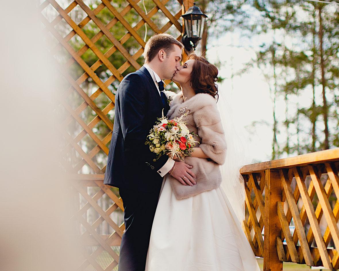 Свадебная пара в беседке