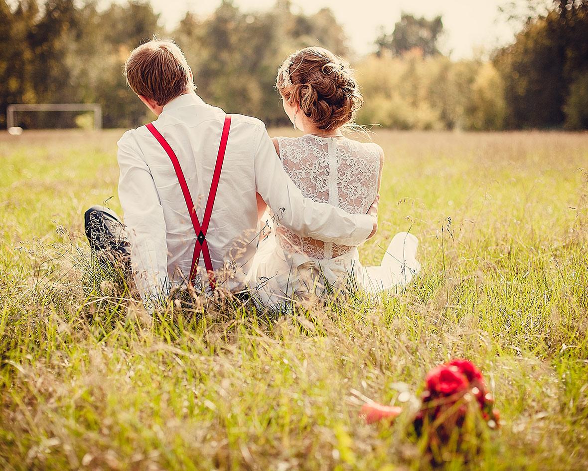 Жених и невеста в обнимку