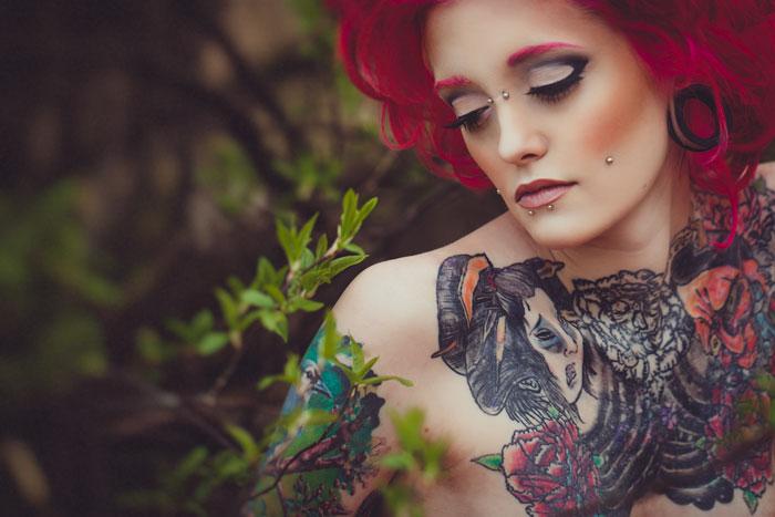 Фото девушки с татуировкой